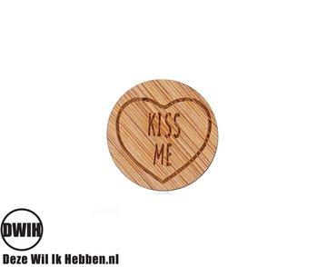 LaserWood Pin / Broche Kiss Me